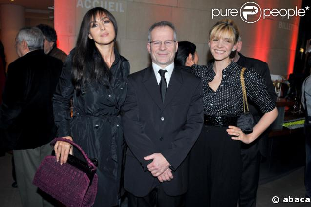 Thierry Fremeaux, chevalier de la Légion d'honneur, le 11 mars 2008, entouré de Monica Bellucci et Clotilde Courau.