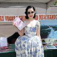 Dita Von Teese, habillée par Vivienne Westwood, dédicace son livre Stripteese à Las Vegas le 3 avril 2010