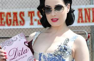 La superbe Dita Von Teese propose un ''stripteese'' en plein jour à Las Vegas !