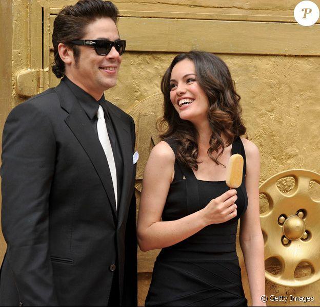 Benicio Del Toro et Caroline Correa présentent le nouveau Magnum, au restaurant El Princial de Barcelone, le 8 avril 2010