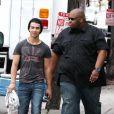 De retour de vacances, Joe Jonas se rend à une séance photo en compagnie de son garde du corps, à Hollywood, le samedi 10 avril.