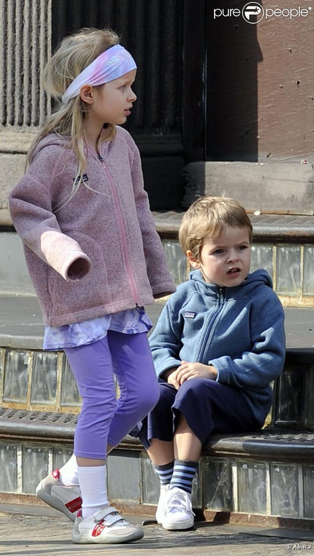 Moses et Apple, les enfants de Chris Martin et Gwyneth Paltrow, à New  York le 11 avril 2010