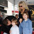 Russell Crowe entouré de sa femme Danielle Specer et de leurs deux fils - Charlie et Tennyson -, à l'occasion de l'inauguration de son étoile sur Hollywood Boulevard, à Los Angeles, le 12 avril 2010.