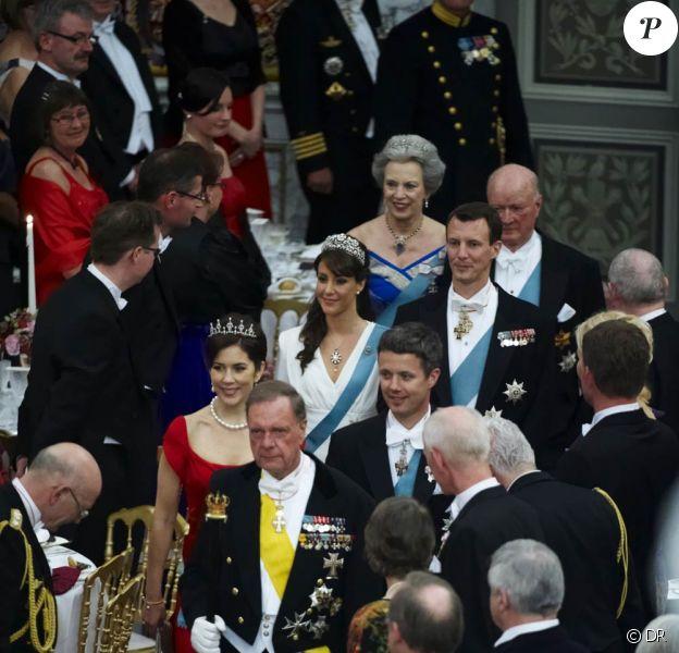 Le 13 avril 2010, la reine Margrethe II de Danemark recevait 400 convives dont sa famille - en photo : sa soeur Benedicte, ses fils Frederik et Joachim et leurs sublimes épouses Mary et Marie - au palais Christiansborg pour le dîner de ses 70 ans...