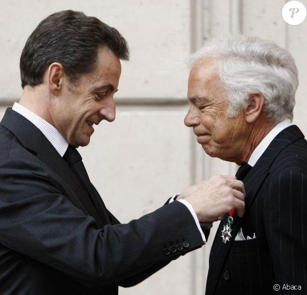Nicolas Sarkozy et Ralph Lauren lors de la décoration de Ralph Lauren. Le 15 avril 2010