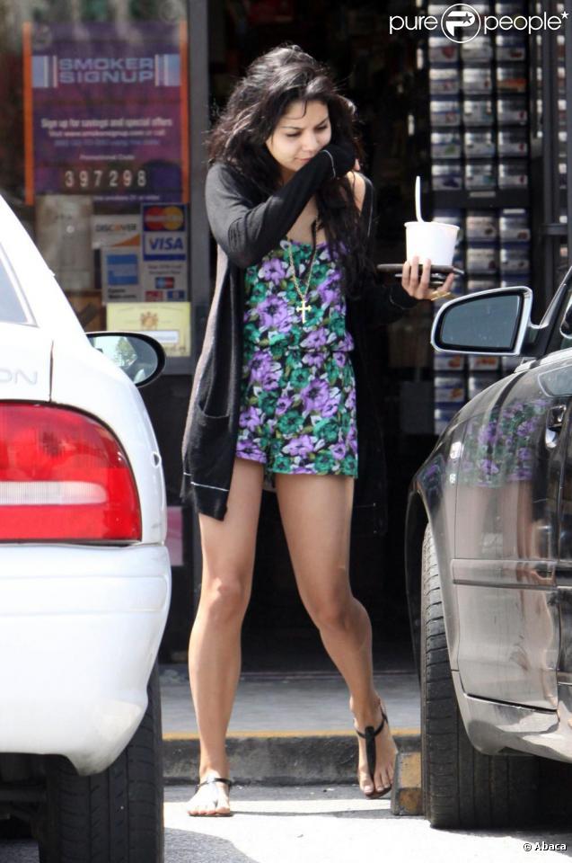 Vanessa Hudgens s'offre un frozen yogurt, mercredi 14 avril, à Los Angeles... et finit par s'essuyer sur sa manche !