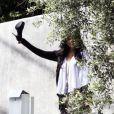 Vanessa Hudgens quitte sa propriété de Los Angeles pieds nus pour rejoindre sa limousine, mercredi 14 avril, à Los Angeles...
