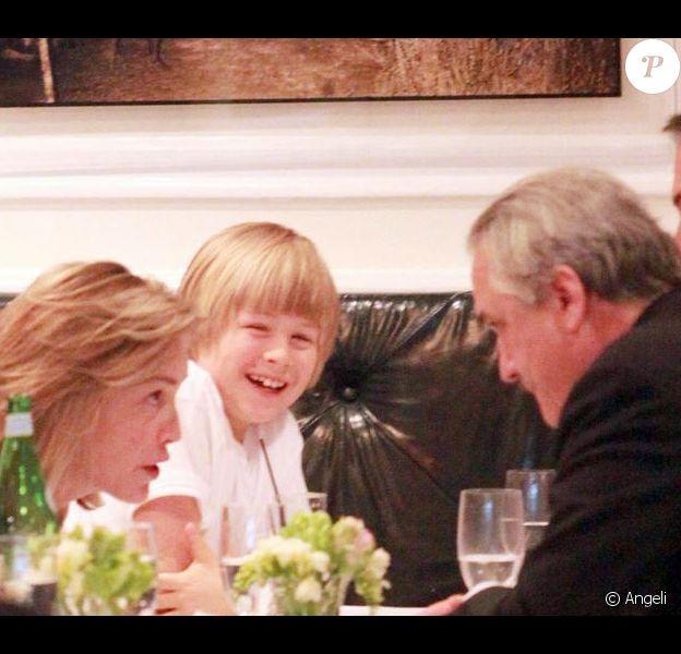 Sharon Stone au restaurant à New York avec son fils Roan le 9 avil 2010