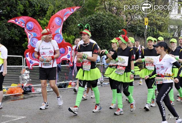 Marathon de Londres 2010 : Les enfants de Richard Branson ont fait la chenille humaine vert fluo avec Beatrice d'York et son boyfriend, et 30 autres coureurs ! (et à droite, premier plan : Natalie Imbruglia)