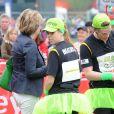 Marathon de Londres 2010 : Les enfants de Richard Branson ont fait la chenille humaine vert fluo avec Beatrice d'York et son boyfriend, et 30 autres coureurs !