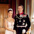Marie et Joachim de Danemark, deux ans après leur mariage, et un an après la naissance de leur petit prince Henrik, ont livré de nouveaux portraits officiels...