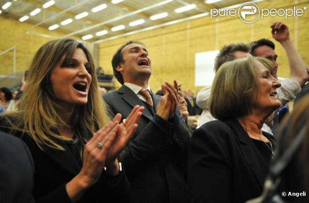 Le clan Goldsmith célèbre la victoire de Zac Goldsmith au soir des élections le 7 mai 2010 à Richmond upon Thames : Jemima Khan et sa mère Lady Goldsmith