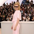 Cate Blanchett dans un tailleur Armani lors du photocall de Robin des Bois le 12 mai 2010 pendant le festival de Cannes