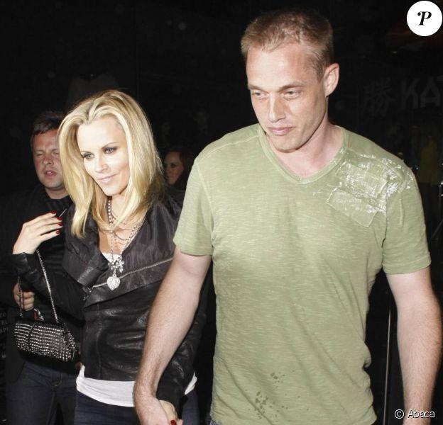 Jenny McCarthy a mis la main sur un nouveau boyfriend, qu'elle exposait pour la première fois dans les rues de Los Angeles, le vendredi 14 mai.