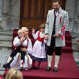 Le 17 mai 2010, le prince Haakon et la princesse Mette-Marit de Norvège, avec leurs enfants Marius, 13 ans, Ingrid, 6 ans, et Sverre Magnus, 4 ans, ont pris part aux célébrations de la Fête Nationale norvégienne.