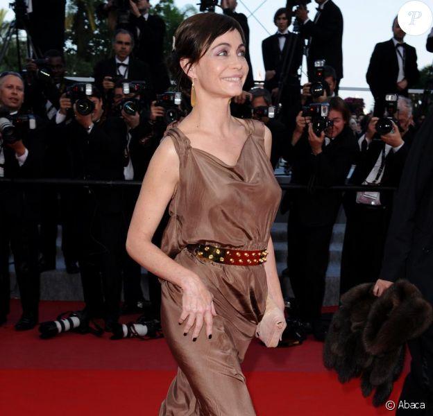 Emmanuelle Béart avant la projection du film Des Hommes et des Dieux, de Xavier Beauvois lors du Festival de Cannes, le 18 mai 2010