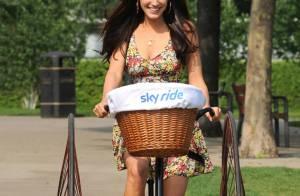 Kelly Brook : A vélo ou en baskets dans un shorty, elle reste glamour avant tout !