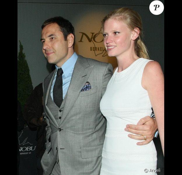 Lara Stone et David Walliams à la sortie du restaurant Nobu à Londres le 2 juin 2010