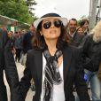 Tailleur divinement coupé, petit t-shirt blanc, foulard joliment noué, et chapeautée d'un borsalino, Salma Hayek est au top !