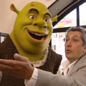 Regardez Alain Chabat qui a des petits soucis avec un monstre vert !