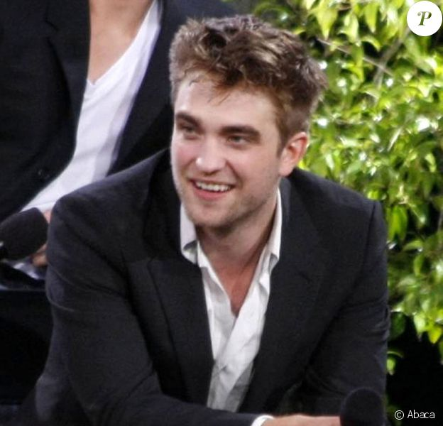 Le casting de Twilight sur le plateau du Jimmy Kimmel Live le 15 juin 2010 : Robert Pattinson