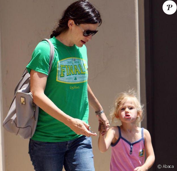 Jennifer Garner porte un t-shirt des Boston Celtics et se promène avec sa fille Violet sur la route de l'école à Los Angeles le 16 juin 2010