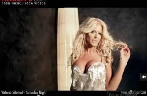 Regardez la sexy Victoria Silvstedt : elle vous promet des samedis soir enflammés !