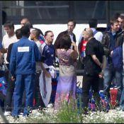 Regardez les Bleus arriver à l'aéroport du Bourget sous grande escorte policière... et tout sourire !