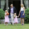 Willem-Alexander et Maxima des Pays-Bas en famille dans les jardins de la villa Eikenhorst, leur domicile à Wassenaar, le 5 juillet 2010.