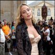 Nora Arnezeder lors de son arrivée au défilé Dior Haute Couture le 5 juillet 2010 à Paris