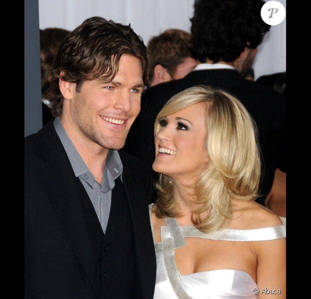 Carrie Underwood et Mike Fischer posent à Los Angeles, sur le tapis rouge des 52èmes Grammy Awards, en janvier 2010