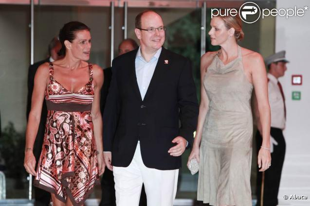 Le 16 juillet 2010, S.A.S. Stéphanie de Monaco organisait au Sporting le gala de bienfaisance estival de Fight Aids Monaco. Yannick Noah a tardé à arriver, mais pas le prince Albert et sa superbe fiancée Charlene Wittstock.