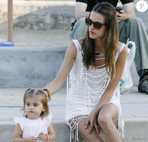 Alessandra Ambrosio en famille à Malibu, le 18 juillet 2010