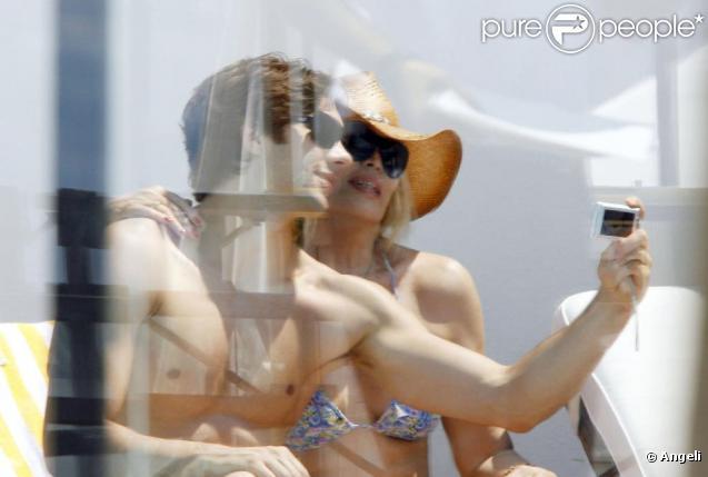 Amanda Lear et son nouvel amour, Nicolo, partagent un déjeuner en tête à tête, à Nice, il y a quelques semaines.