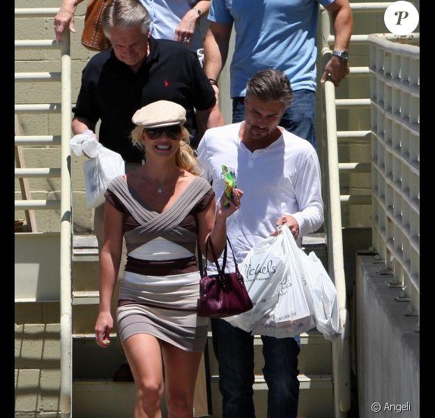 Vêtue d'une robe Hervé Léger, Britney Spears déambule dans les rues de Los Angeles avec son petit ami, Jason Trawick, samedi 24 juillet.