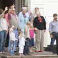 Les royaux de Danemark sont réunis en vacances au château de Grasten. Mary et Frederik, avec Isabella et Christian, Marie et Joachim, avec Henrik, la reine Margrethe et le prince consort Henrik... (photo : le 30 juillet 2010)