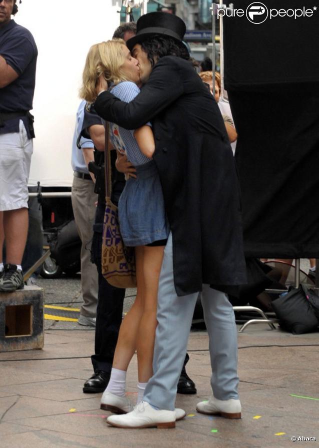Russell Brand embrasse sa partenaire Greta Gerwig sur le tournage du film Arthur à New York le 3 août 2010