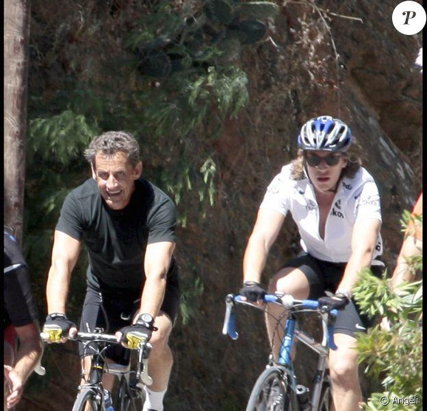 Nicolas et Jean Sarkozy font du vélo sur les routes du Cap Nègre le 5 août 2010