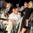 Jacques Chirac profite de la vue sur le port de Saint-Tropez et de charmantes jeunes femmes le 5 août 2010