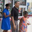 Barack Obama, sa femme Michelle et sa fille Sasha mangent des glaces au bord de la plage de Panama City le 15 août 2010