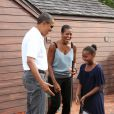 Le président américain Barack Obama, son épouse et sa fille Sasha jouent au mini-golf à Panama City le 14 août 2010