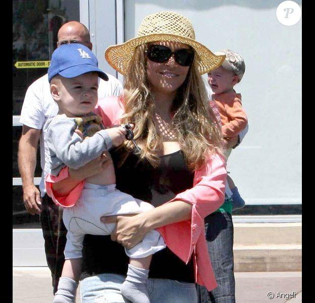 Brooke Mueller et ses jumeaux, Max et Bob, à Los Angeles. Août 2010