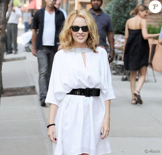 Kylie Minogue prend la pause devant son Hôtel à Manhattan le 31 août 2010