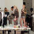 AnneLynne McCord et sa soeur Angel en virée shopping, à Los Angeles, le 24 novembre 2010