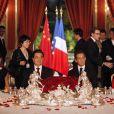 Carla Bruni et Nicolas Sarkozy avec leurs homologues chinois Hu Jintao et Liu Yongqing lors du dîner d'Etat à L'Elysée le 4/11/10