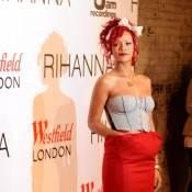 Rihanna : Ravissante avec ses cheveux rouges, elle joue à la Mère Noël !