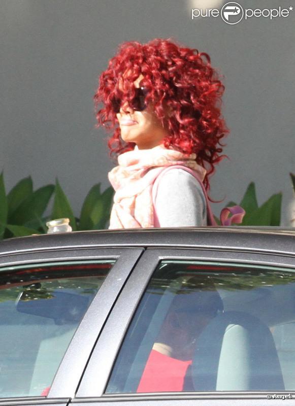 Rihanna arrive dans un petit aéroport de Los Angeles pour une destinatin inconnue le 22 novembre 2010