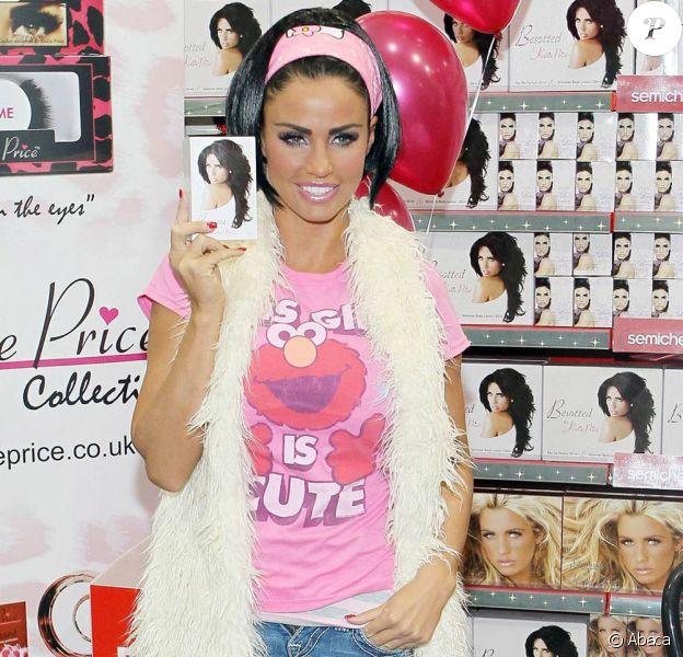 Katie Price lors de la promotion de son dernier parfum, Precious Love, à Belfast le 18 novembre 2010