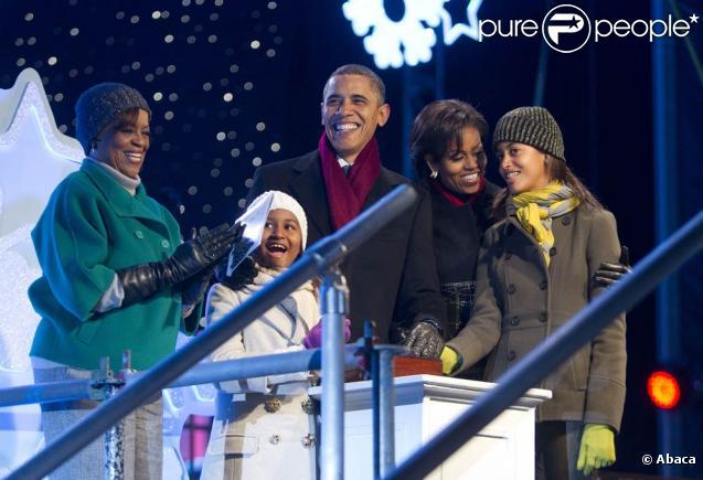 Barack Obama et Michelle émerveillés avec leurs filles Sasha et Malia lors des illuminations de Noël le 9 décembre à Washington.
