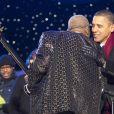 Barack Obama lors des illuminations de Noël le 9 décembre à Washington. Il salue B.B King